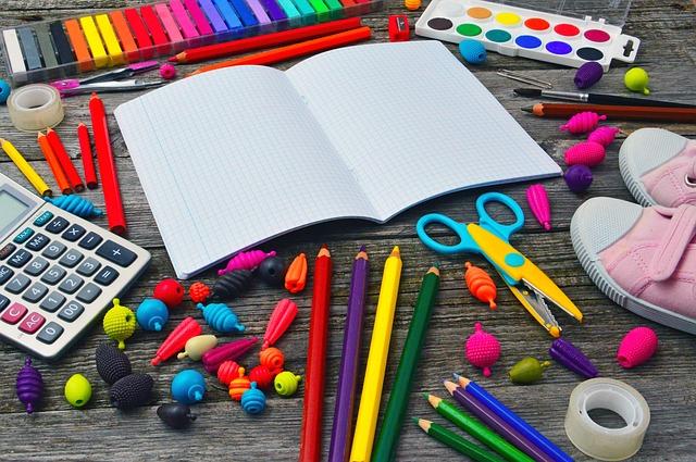 Fournitures scolaires colorées pour les enfants